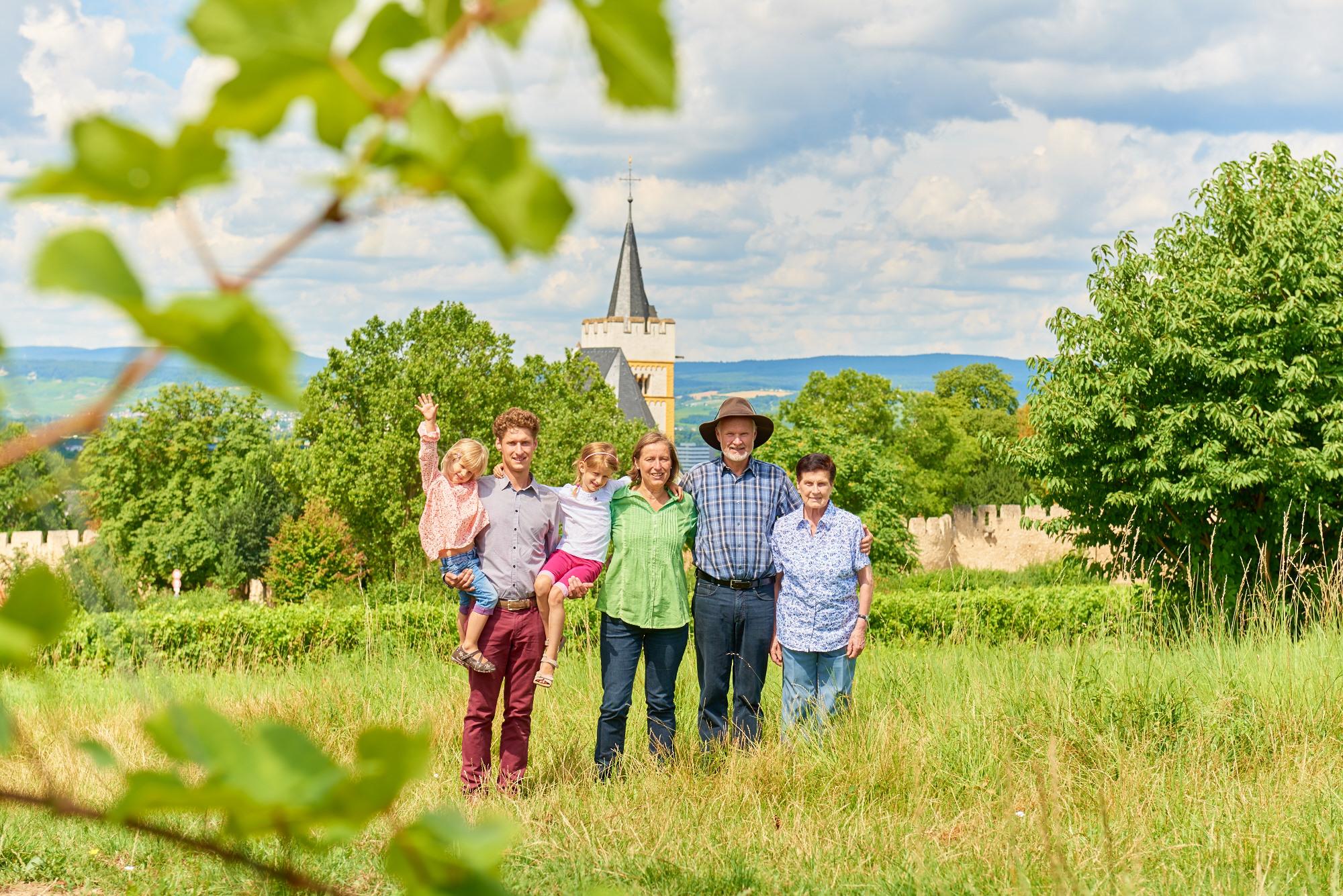 Familie Hamm, mit der Burgkirche im Hintergrund