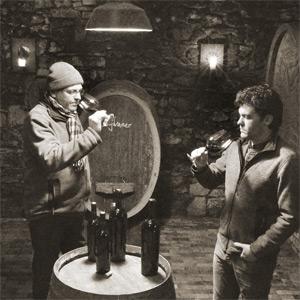 Florian Geil und sein Vater Rudolf im Holzfasskeller
