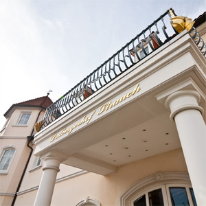 Die schicke Fassade des Stammhauses, des Weinguts & Sektkellerei Dalbergerhof