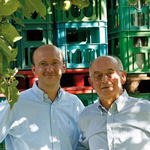 Peter van Nahmen mit seinem Vater im kühlen Schatten auf dem Hof der Kelterei