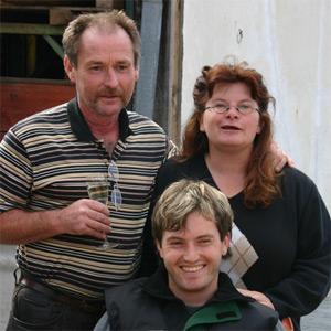 Familie Ritter nach getaner Arbeit bei einer Weinprobe
