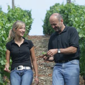 Horst Sauer mit seiner Tochter Sandra, die Qualität der Trauben stimmt anscheinend...