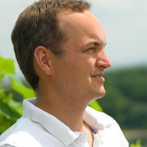 Stefan Raddeck kann von seinem Weingut aus eine herrliche Aussicht genießen