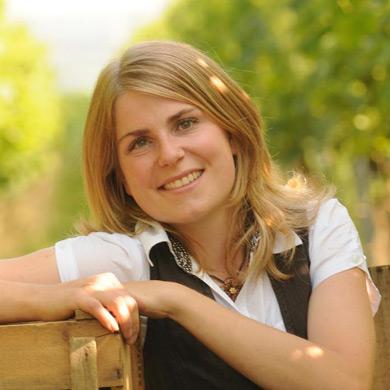 Die Powerfrau Eva Vollmer zwischen ihren Weinreben