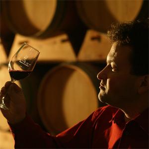 Der Leiter des Weinguts Jürgen Wilker im Keller mit seinem Cabernet Sauvignon.