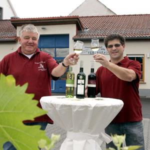 Kellermeister Harald Eller (rechts) bei der Verkostung der neuen Weine
