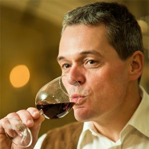 Albrecht Kiessling genießt seinen Rotwein