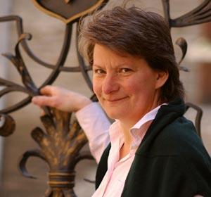 Annette Leimbrock-Debus am Tor zu Ihrem herrschaftlichen Weingut